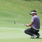 mondilla reacts after he misse putt in 3