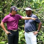 alido shows his position to lascuna in hole 12