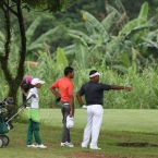 lascuna poiting his line in hole 1 to aunzo looking