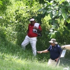 tony lascuna trroubled in hole 12 assited ny the rules officials